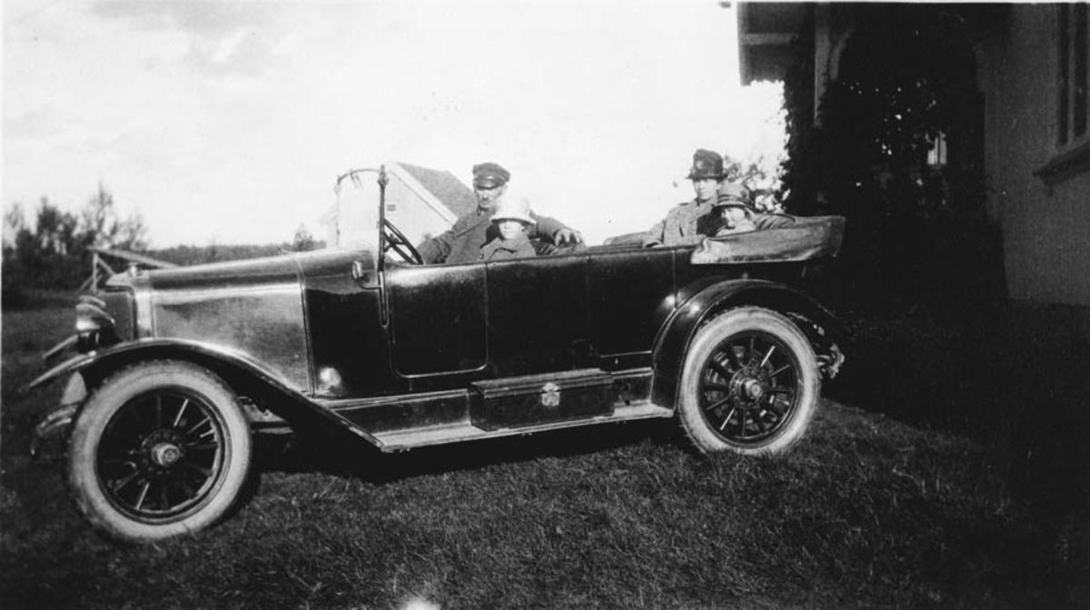 Hans og Ella Ruud (datter). Bak: Othilie og Olaug Ruud (datter) på plass i bilen.