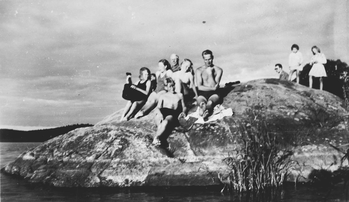 Badeliv på Prestegårdsstranda sommeren 1951
