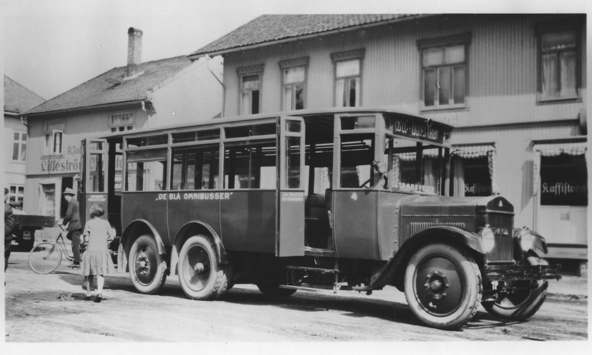 En av De blå omnibussers første busser mellom Oslo og Lillestrøm på Torvet i Lillestrøm