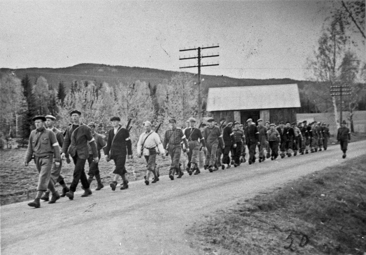 På veien Minnesund-Feiring. Styrkene skal for å ta over den tyske leiren på Minnesund. Kåre Trandum nr. 3 fra venstre.