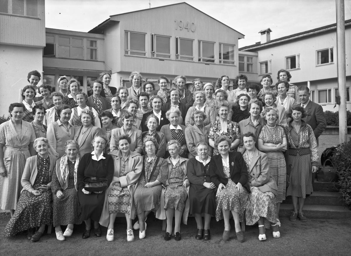 Kvinner utenfor Romerike Folkehøyskole. Bestyrer Erling Østerud ute til høyre.
