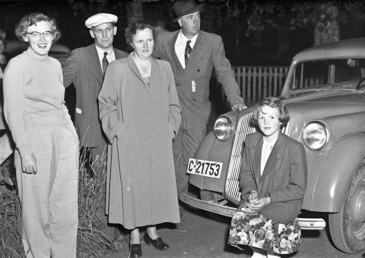 Gruppe - ved en Opel Kadett eller Opel Olympia fra rett etter 1945 med kjennetegn C-21753.