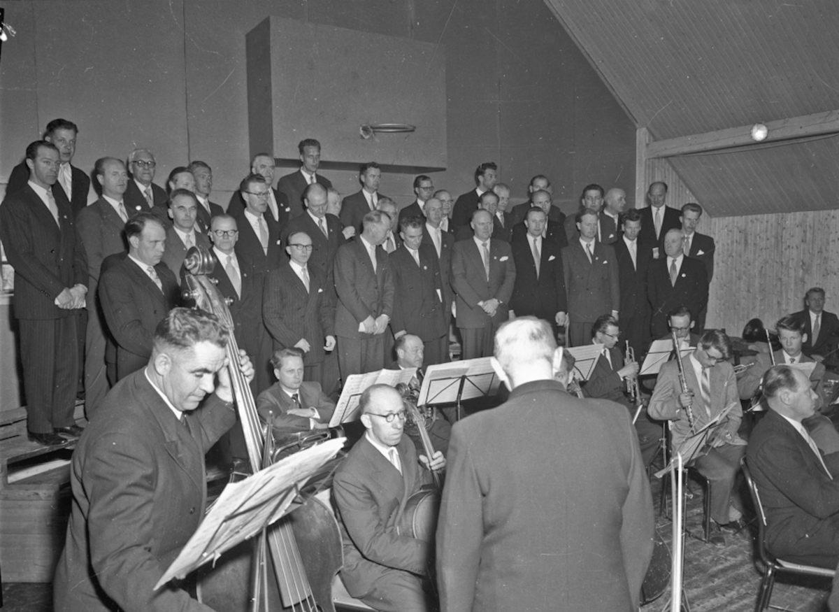 Eidsvoll mannskor(?) og et orkester. Alf Røvang og Odd Otterlei på bildet.