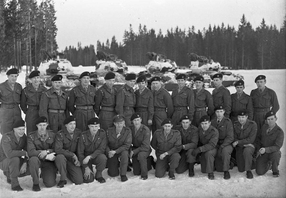 Militær gruppe. Kåre Skovseth – fenrik -  er nr. 5 fra høyre foran.