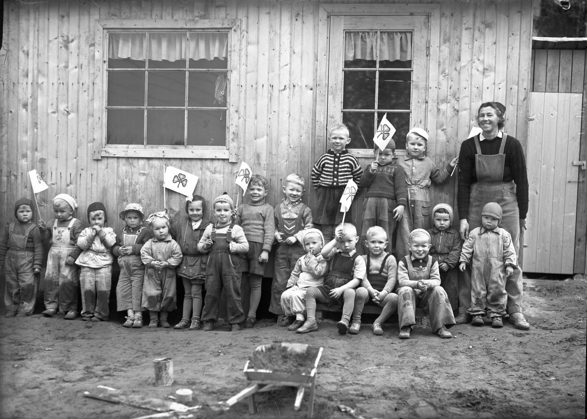 Barnehage med plakater for NKS – Norske Kvinners Sanitetsforening.