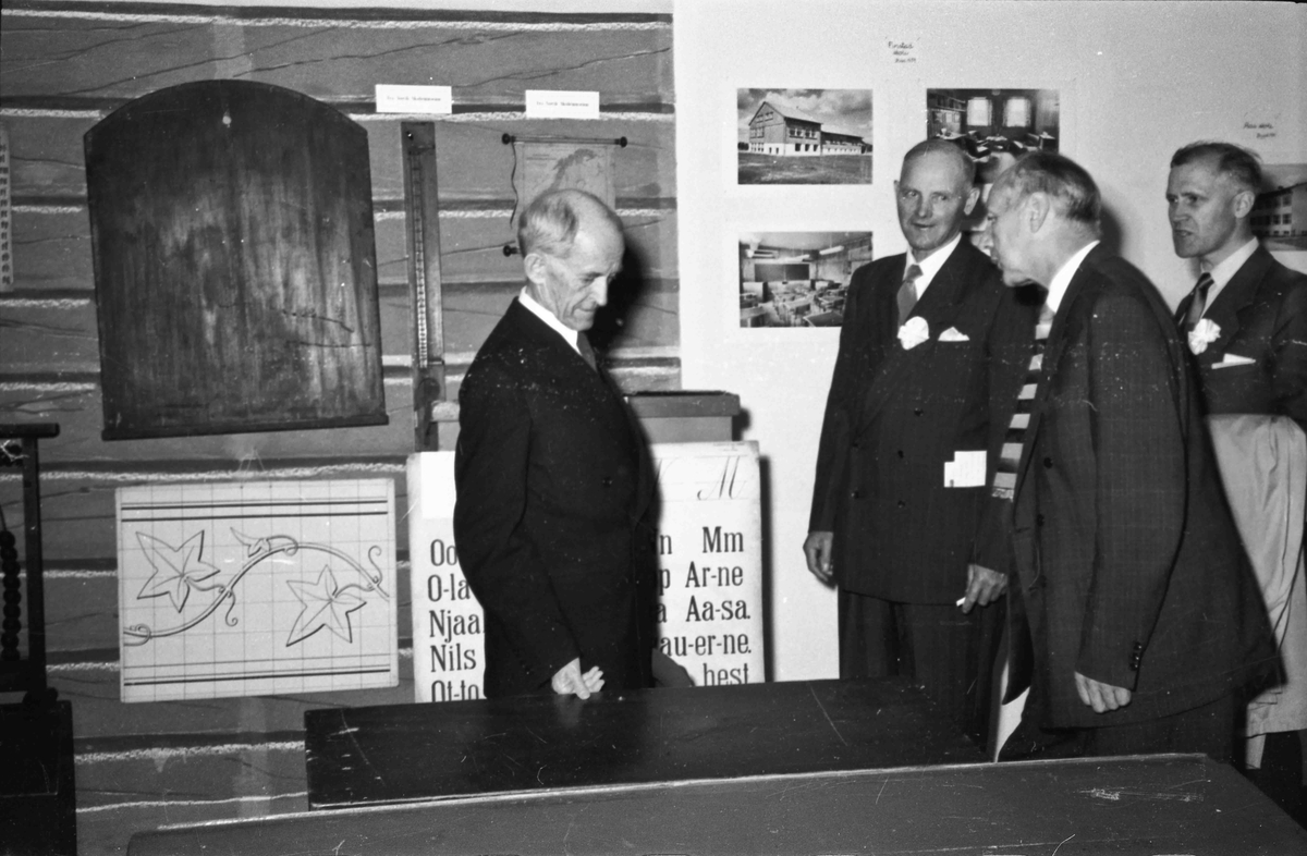 Visning og salg av husflidsarbeider ved den store bygdeutstillingen i 1955. Utstillingen ble arrangert på og ved Landsgymnaset.