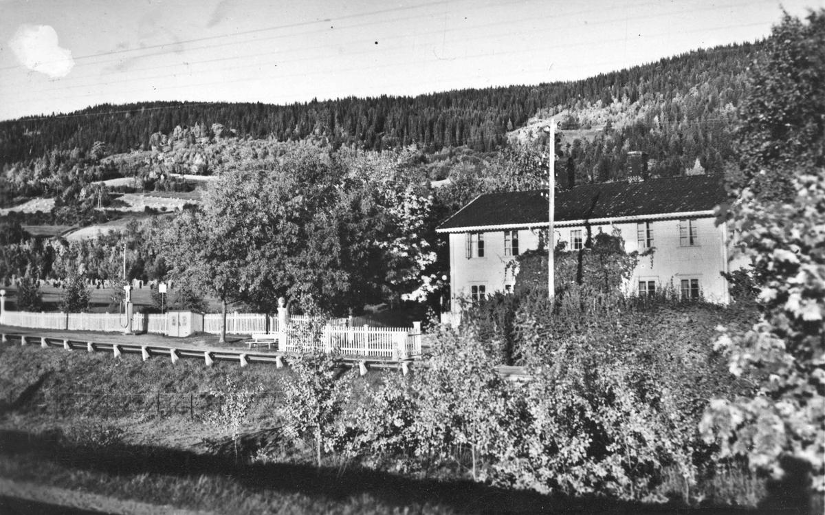 På dette bildet går Morskogen fremdeles langs Mjøsstranda. Vi ser Per Bergs store landhandleri og bensinpumpe.