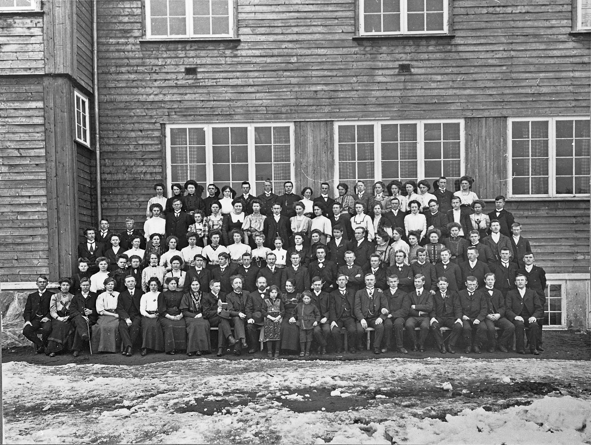 Gruppebilde. Eidsvoll Folkehøyskole. Skoleåret 1909-10.