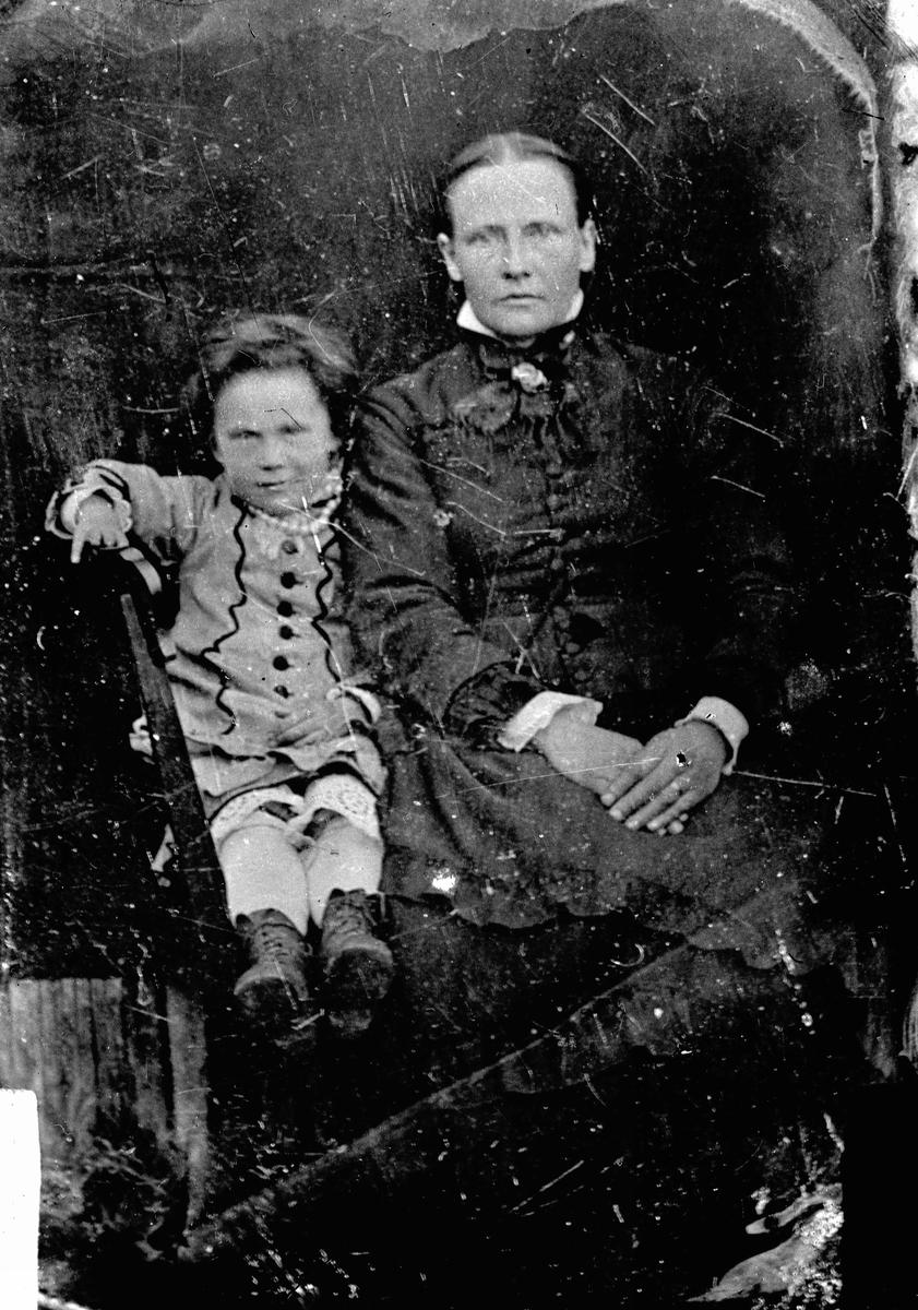 Avfotografering. Portrett. Kvinne og barn. Daguerreotypi(?)