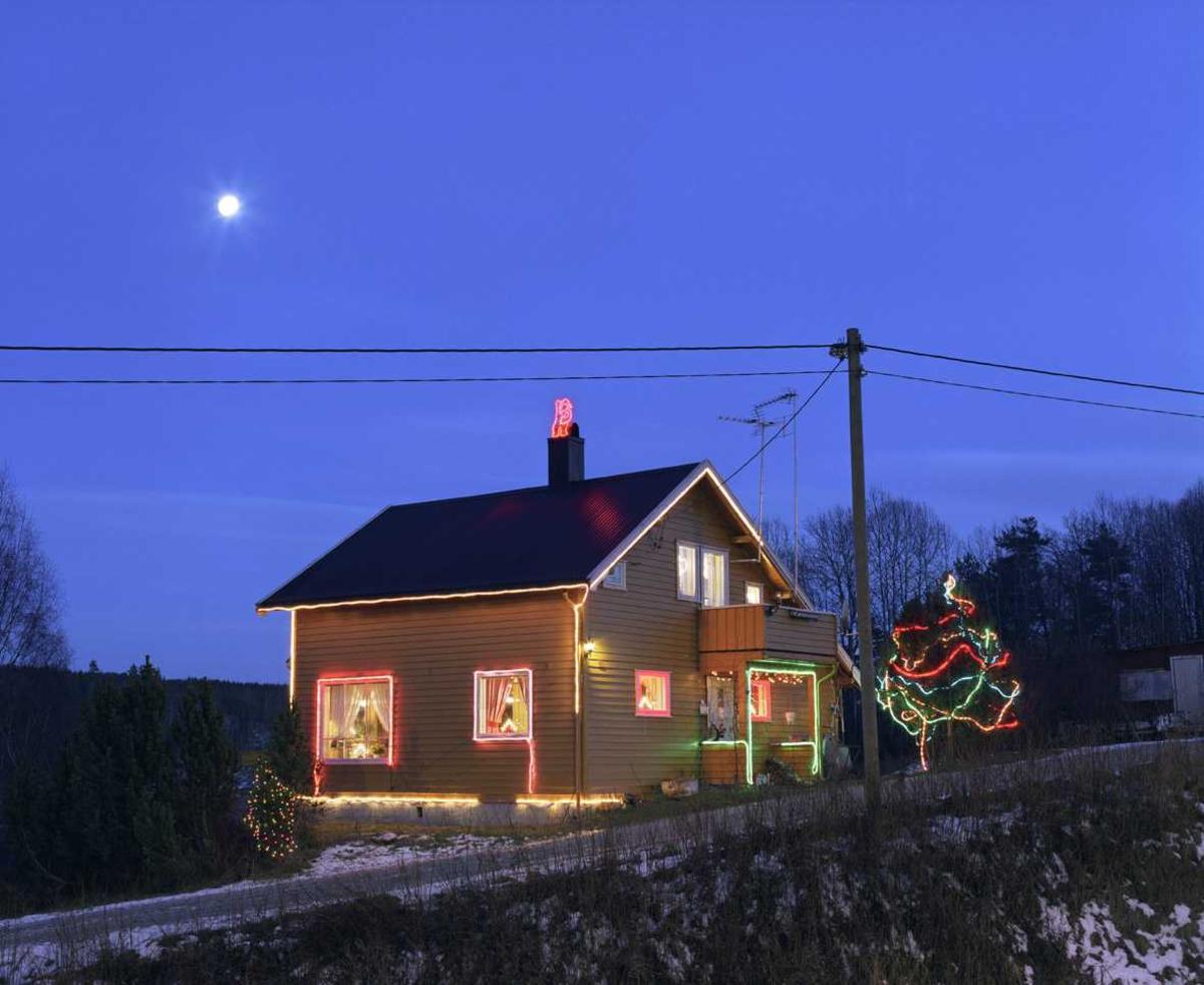 Julebelysning.  Fantastisk julebelysning på enebolig. Huset er profilert med lysslanger.