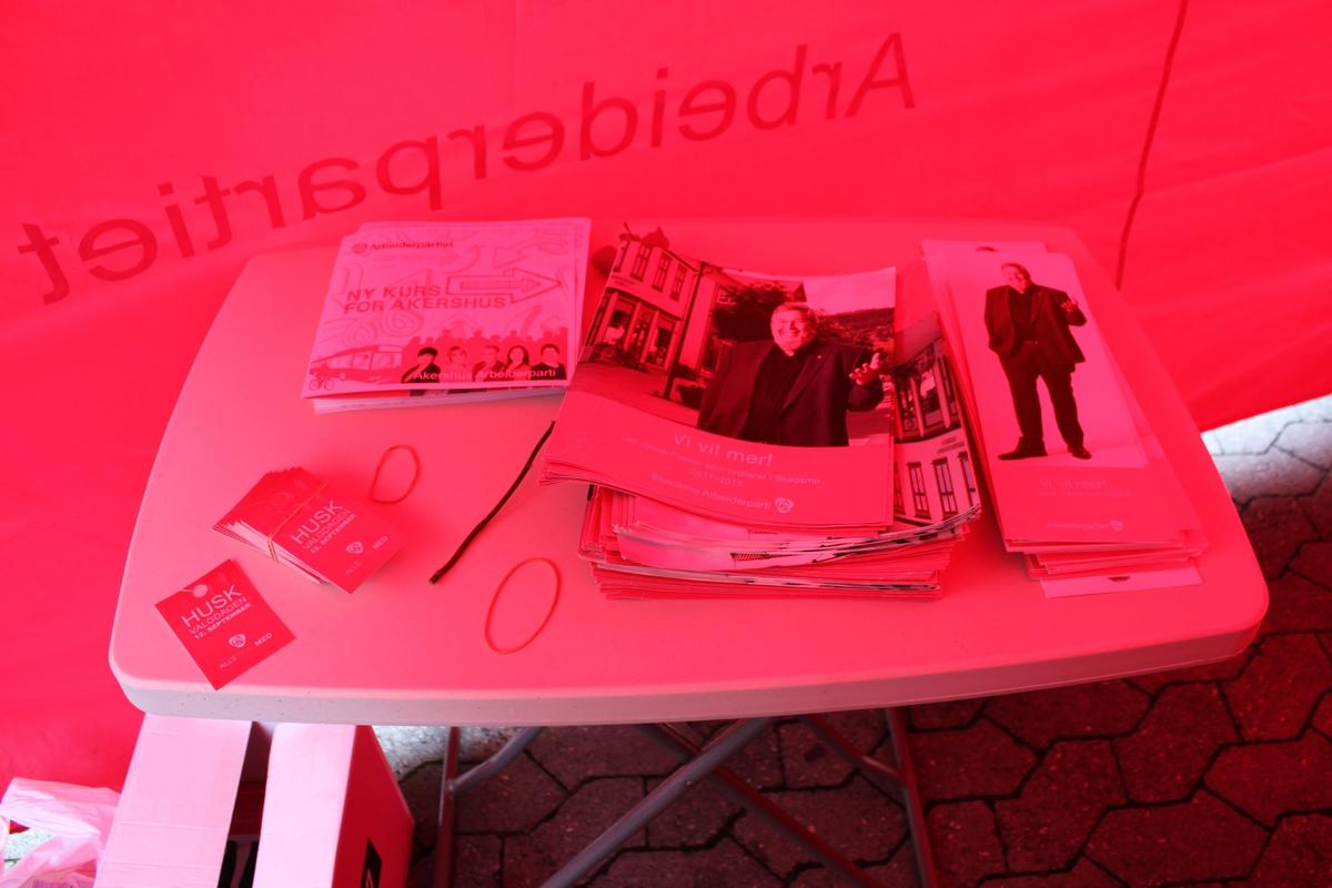 Kommune- og fylkestingsvalg 2011. Valgboder på torget i Lillestrøm en lørdag før valget. Arbeiderpartiets valgbod. Bord med brosjyrer.