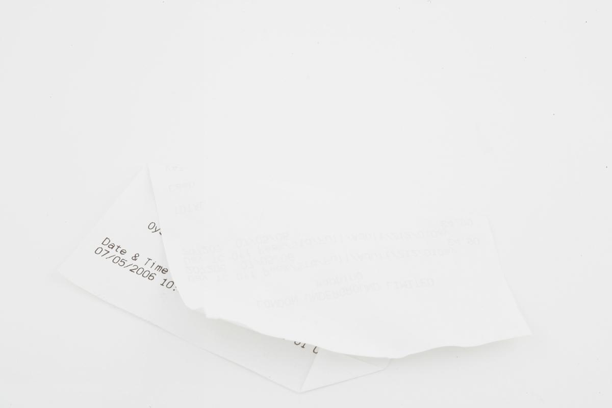 Vesker. Innhold i dameveske 2 - Papirlapp. Studiobilde i forbindelse med samtidsdokumentasjonsprosjekt - Veskeprosjektet 2006
