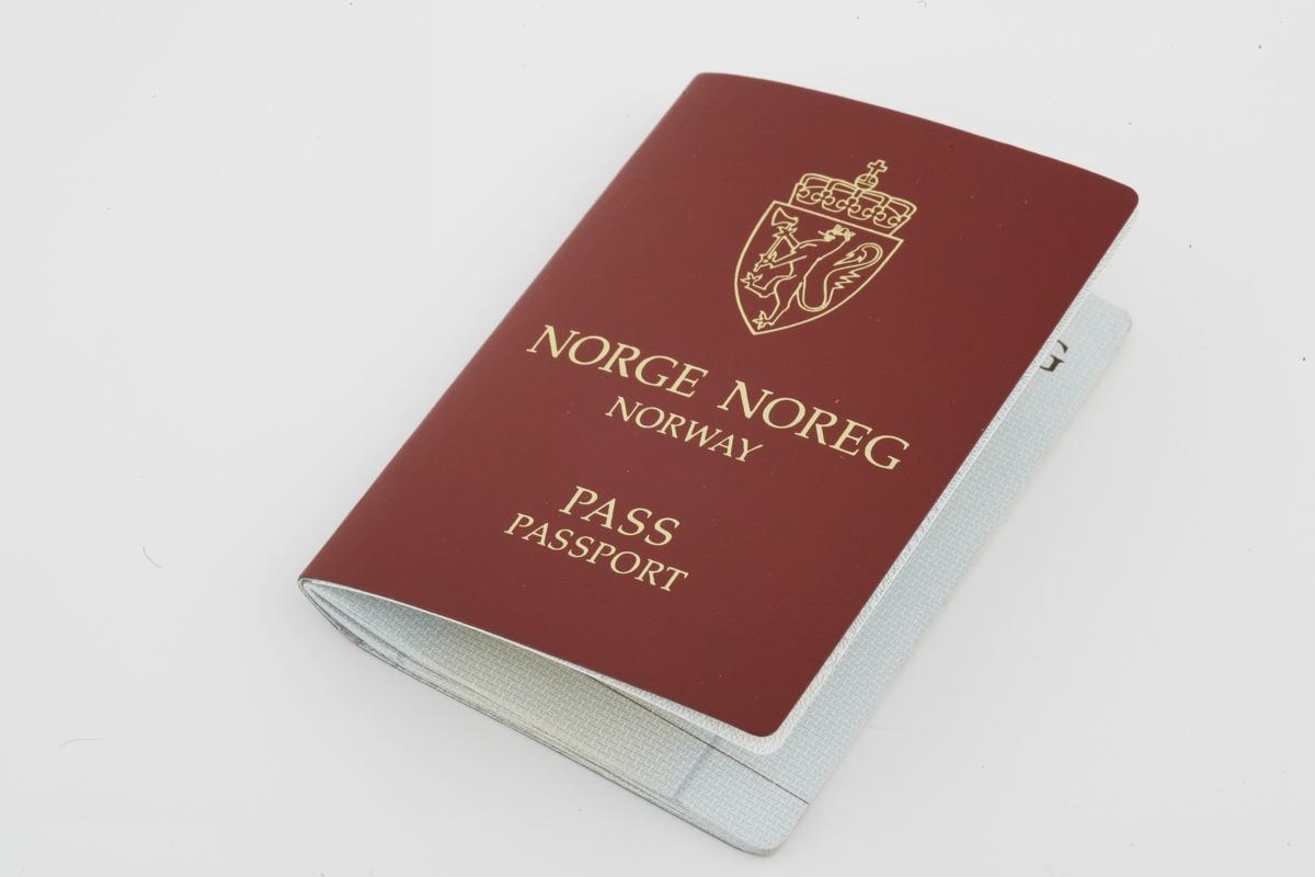 Vesker. Innhold i dameveske 2 - Pas norsk. Studiobilde i forbindelse med samtidsdokumentasjonsprosjekt - Veskeprosjektet 2006