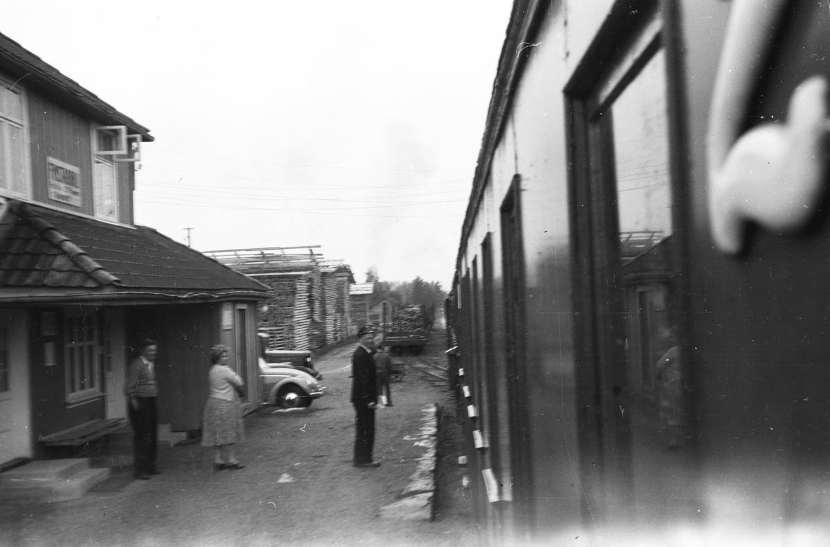 Tog 2058 retning Sørumsand står på Finstadbru stasjon.