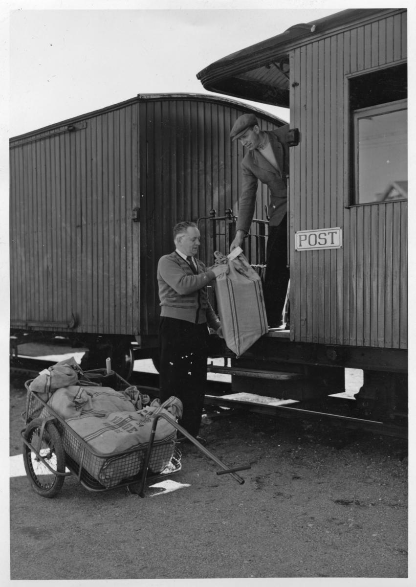 Utveksling av post. Poståpner Grorud (i midten). (Poståpner Groruds hustru var iflg. Harald Tyskerud ekspeditør på Løken stasjon.)