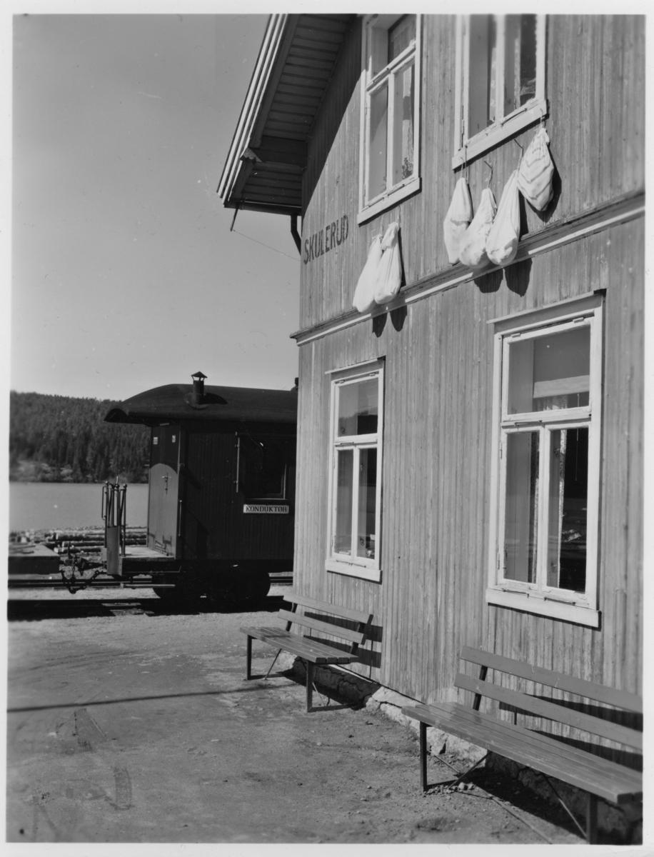 Skulerud stasjon, spekeskinkene henger til tørk.