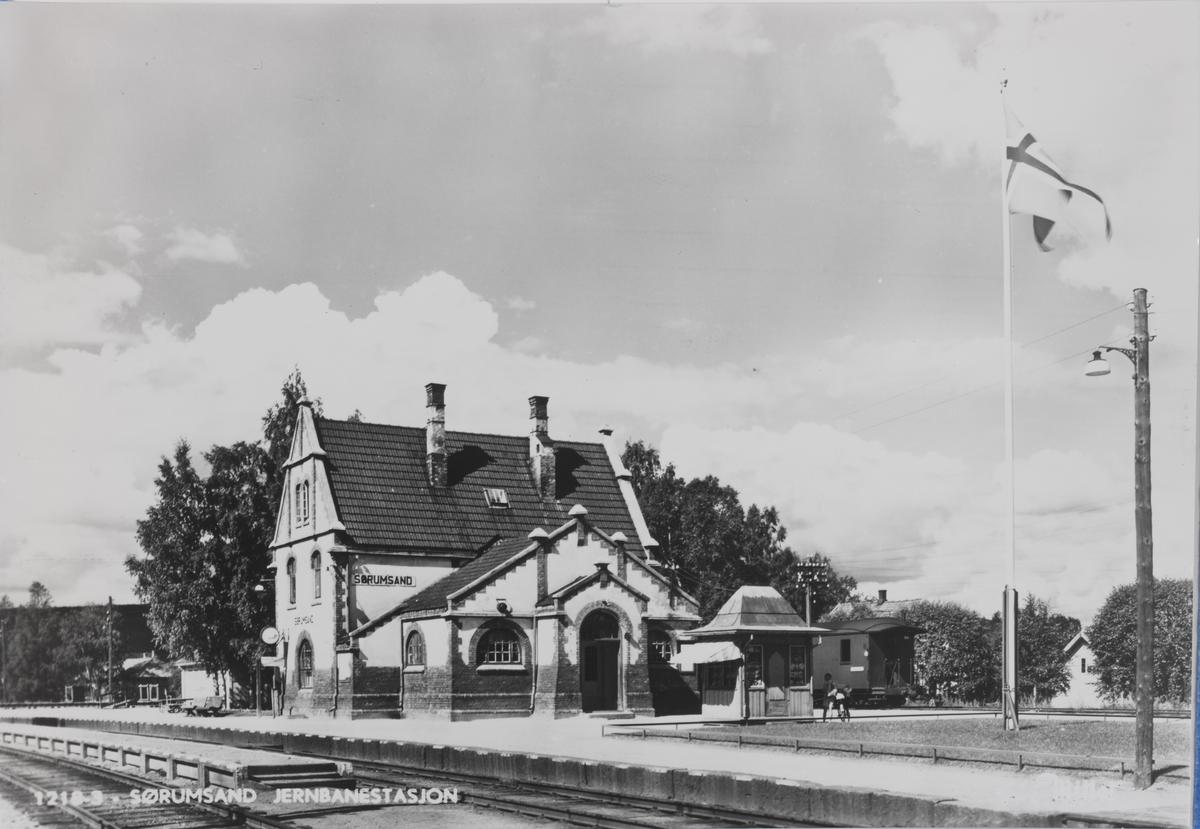 Sørumsand stasjon. Kongsvingerbanens spor i forgrunnen, Aurskog-Hølandbanen i bakgrunnen.