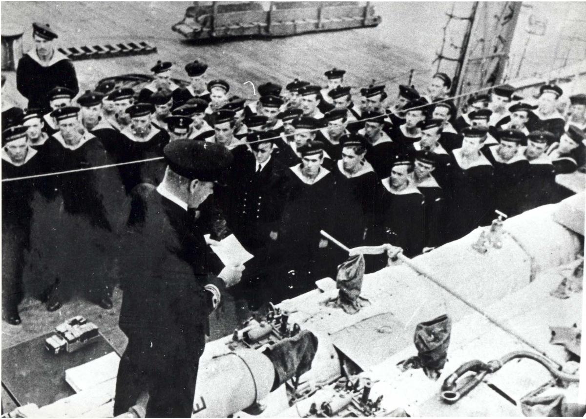 Jageren Stord, fra ovetrakelsesseremonien 26. august 1943. I forgrunnen skipssjefen, orlogskapt. Skule Storeheil.