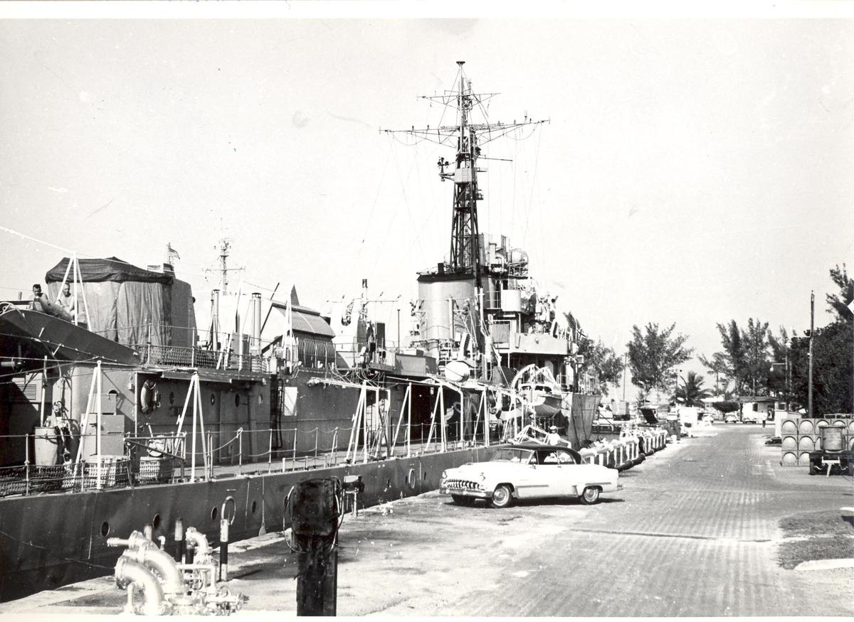 Enkeltbilde. C-kl jager, KNM Bergens tokt til Key West i 1962. har ser det ganske stille ut, kan det være søndag?