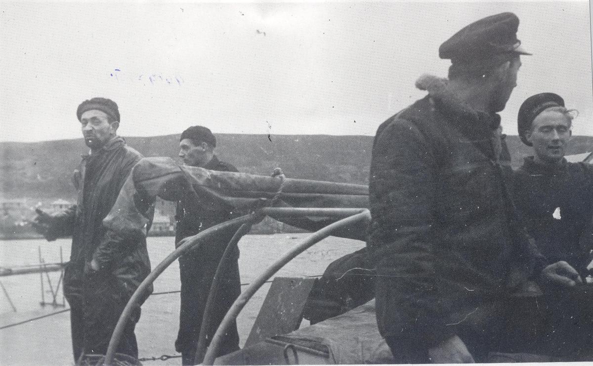 Enkeltbilde. Ubåtjageren Hitra i Scalloway.