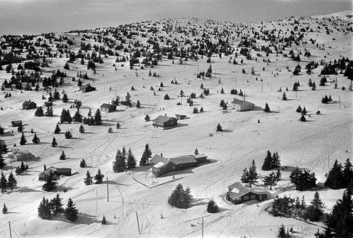 Flyfoto av bebyggelse i vinterlandskap på Sjusjøen, Ringsaker Almenning.