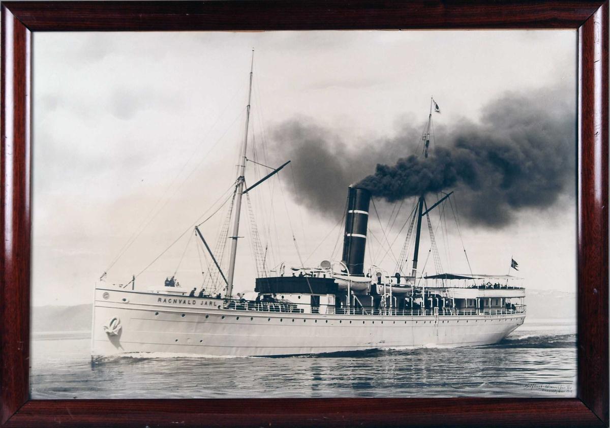 """Fotografi av S/S """"Ragnvald Jarl"""" i fart på havet."""