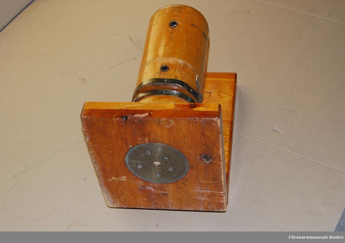 Ställning med trästock delad i två halvor vars inbördes avstånd justeras med skruv. På sidan finns en skala graderad mellan 53-68. Stämplad med tre kronor på ena bottenplattans undersida. Bottenplattad är ledad och stocken kan användas horisontalt eller vertikalt. Nyckel för justerskruvens tapp medföljer.
