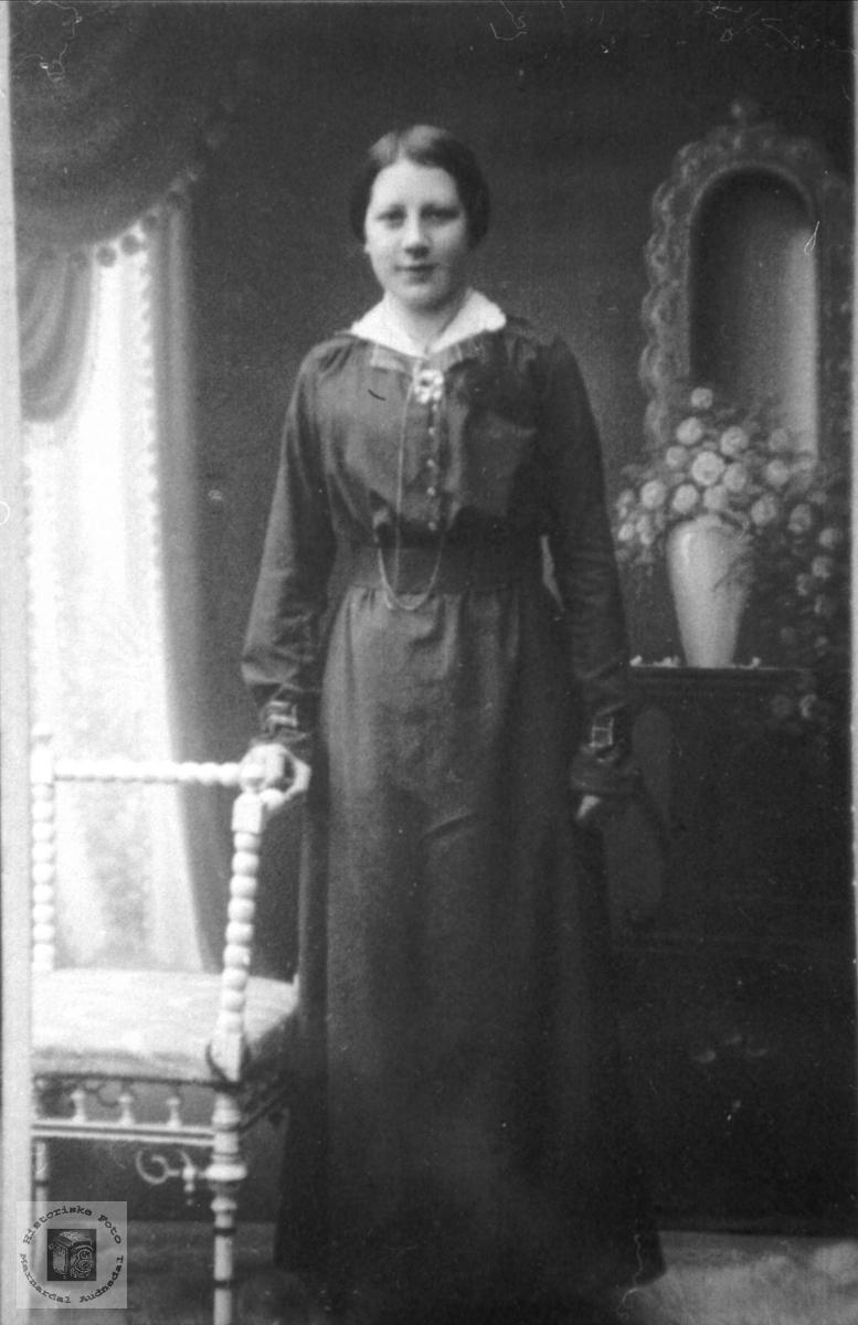 Portrett av konfirmant Ingeborg Tveit fra Hornes i finstasen. Ble gift til Sundbø i Bjelland.