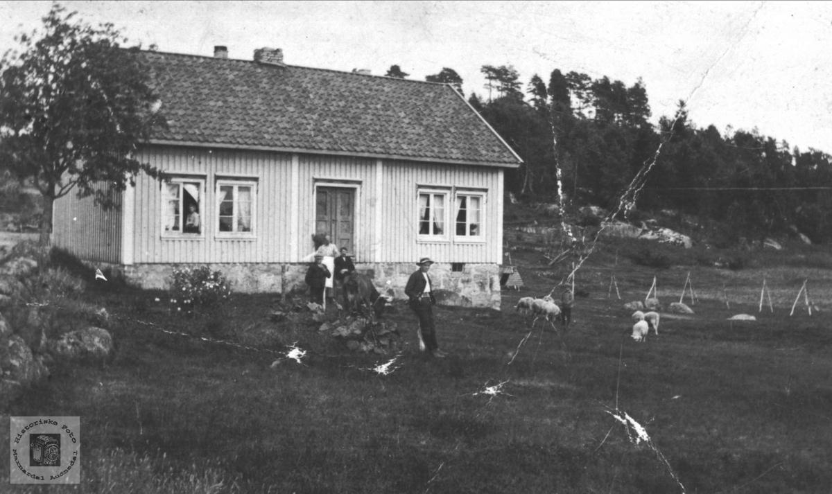 Huset på Birketveit i Laudal før hagen kom.