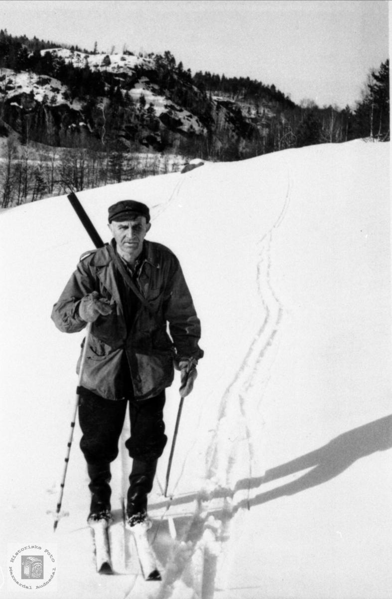 Heim fra jakt. Ragnvald Glomsaker, Laudal.