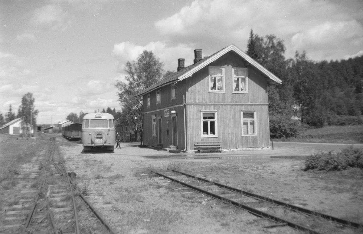 Skulerud stasjon og stoppested for bussen som overtok persontrafikken etter Urskog-Hølandsbanens nedleggelse. I bakgrunnen personvognene Co1, Co2, BCo3 og CFo5.