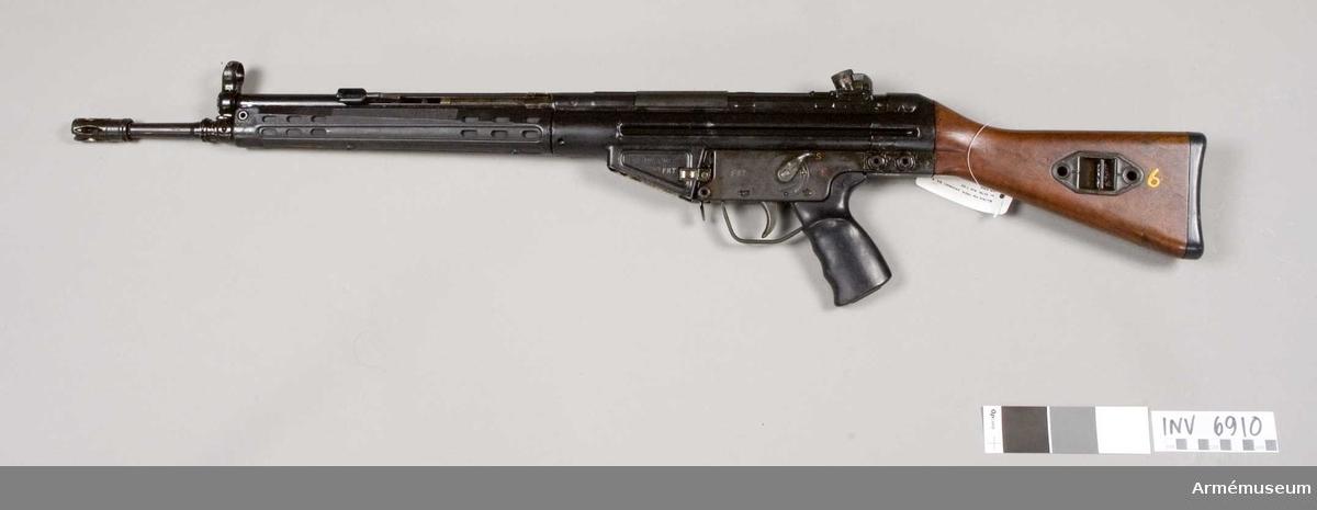 Detta är ett halvreglat vapen försett med låsrullar. Vapnet kan inställas både för hel och halvautomatisk (patronvis) eld. Automatkarbinen matas med ammunition från 20-skottsmagasin. Patronläget har längsgående räfflor. Vapnet har dioptersikte och pelarkorn.Kaliber 7,62 mm. Virsirlinje 578 mm. Siktets gradering 100-400 m. Mekanisk eldhastighet 500-600 skott/min. Praktisk eldhastighet patronvis eld 60 skott/min, automateld 120 skott/min. Magasin med 20 patroner vikt 760 g. Tillverkningsnr 3208. Märkt G3 HK 3208 2/64 FRT (6).