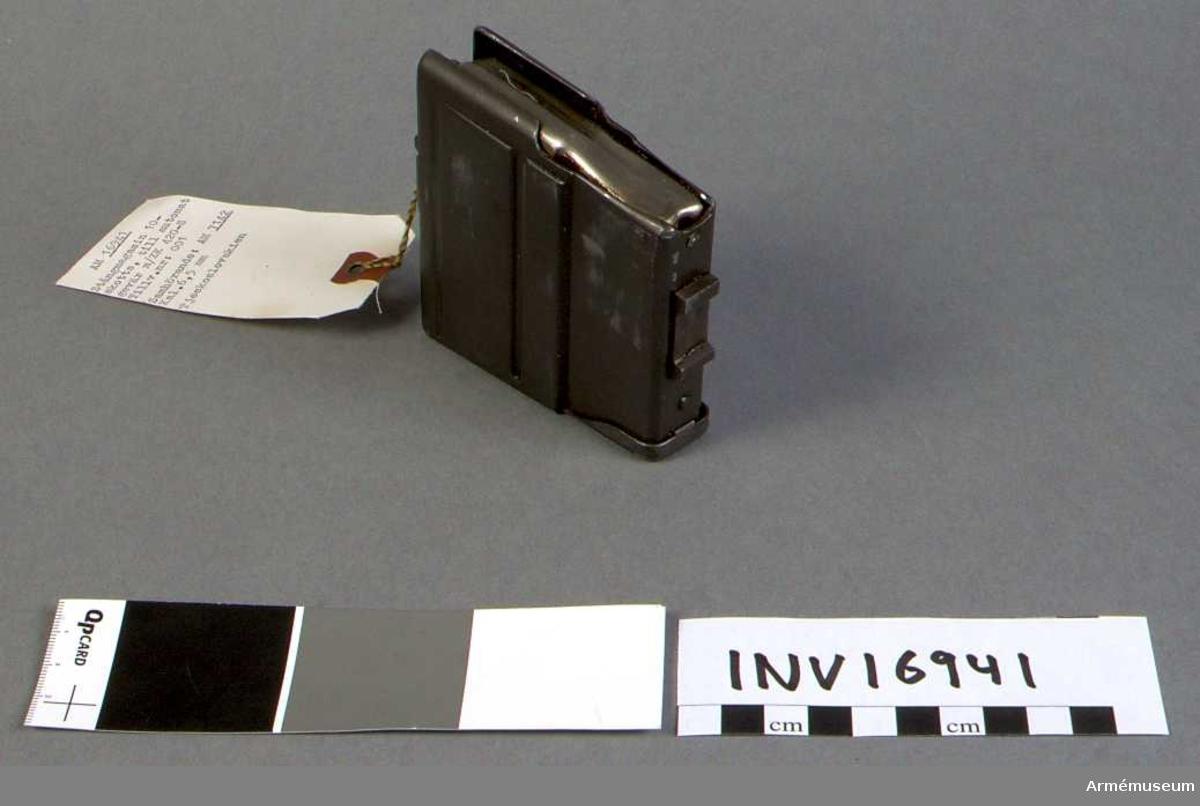 Kaliber 6,5 mm.Tillv.nr: 001.  Samhörande nr är 7142 automatgevär, 16941 magasin.