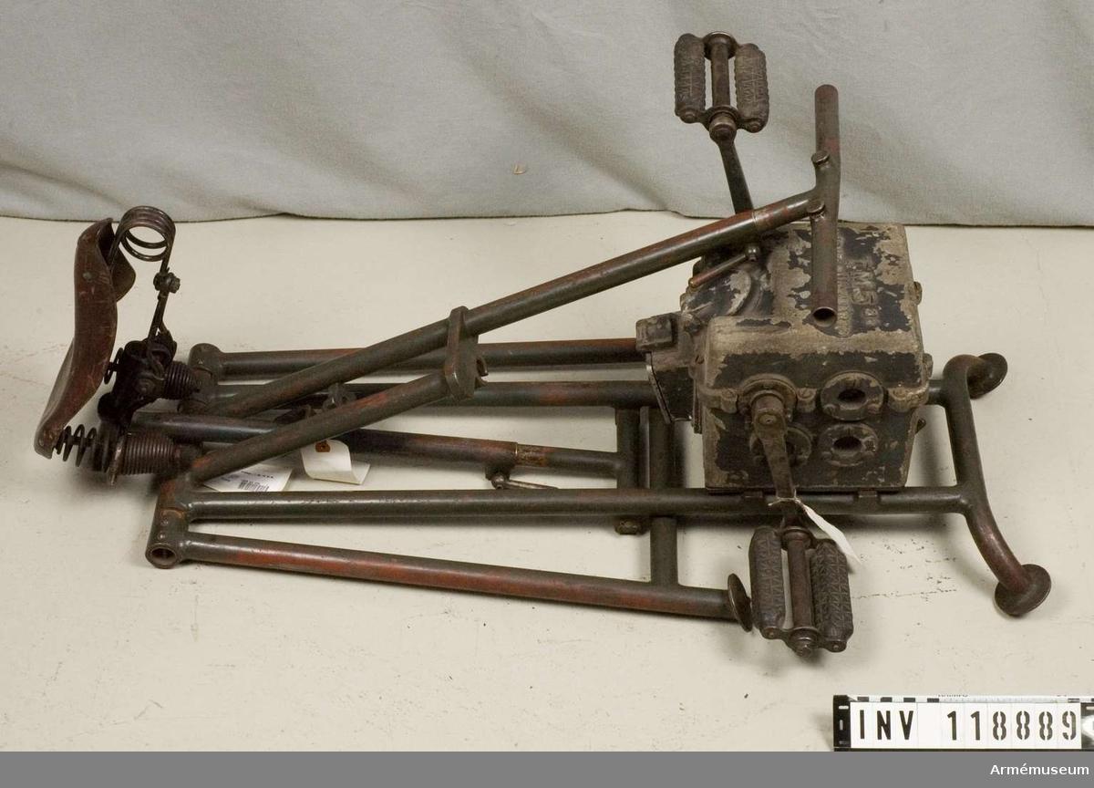 Grupp G IV. Generator med stativ av stålrör för trampning. Tyskland Tillverkad år: 1940.  Beskrivning och redogörelse för ev. reparationer: Inv. bil