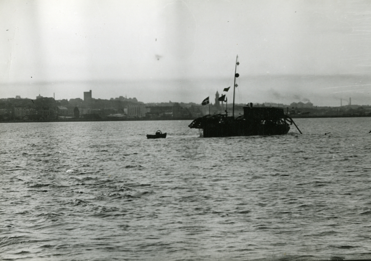 Gunnar Jonssons undersökningsresa till Västkusten juni 1940. 166 Göteborgs örlogsdepå. H.M.Hjvb 384:s resa. Ett danskt kabelfartyg utanför Hälsingborg håller på med reparation av en undervattenskabel.