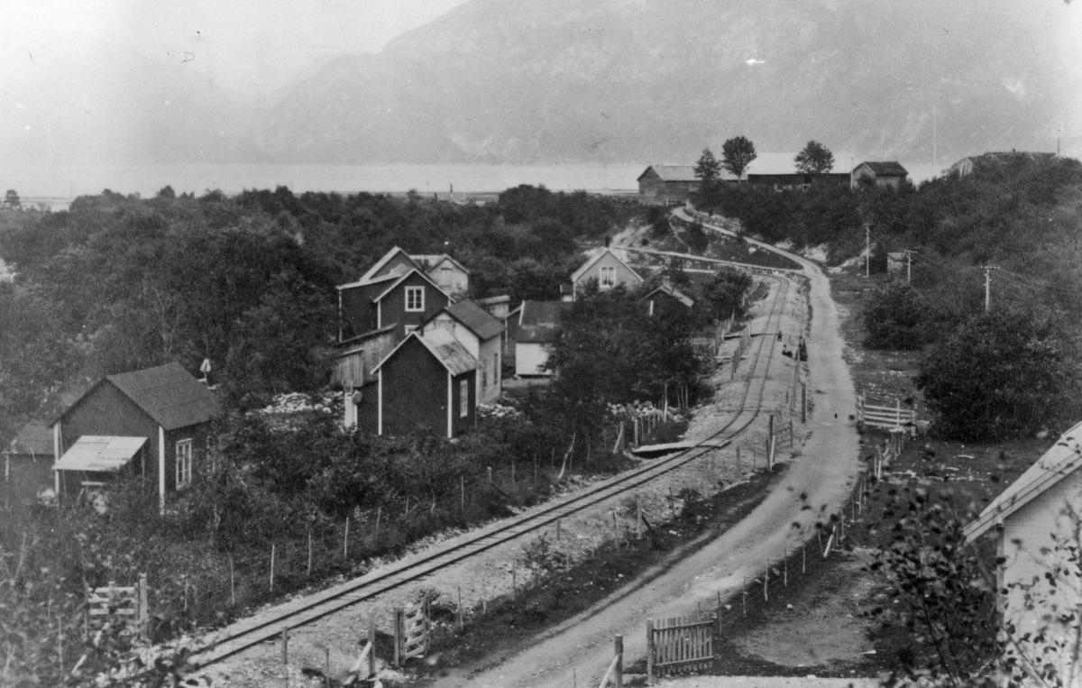 """Aurabanen ved """"Svenskebyen"""", innfallsporten til Litledalen ved Tredal,  Sunndalsøra. """"Svenskebyen"""" ble også kalt Porjusbyen og hadde navn etter svenske rallare som arbeidet ved Auraanleggene."""