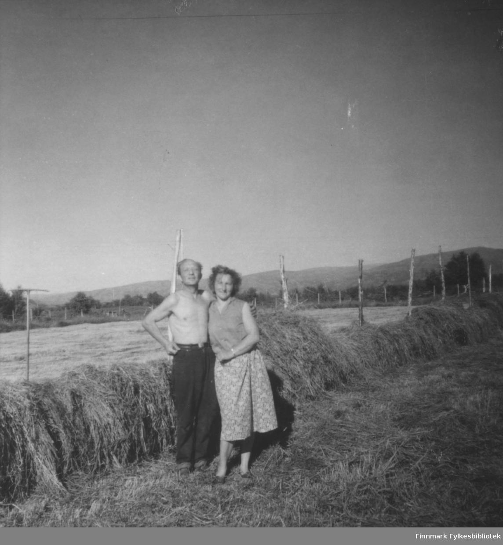 Fra slåttonna i Ildskog i Porsanger. Avbildet er Johannes og Anne Marie Nymo.