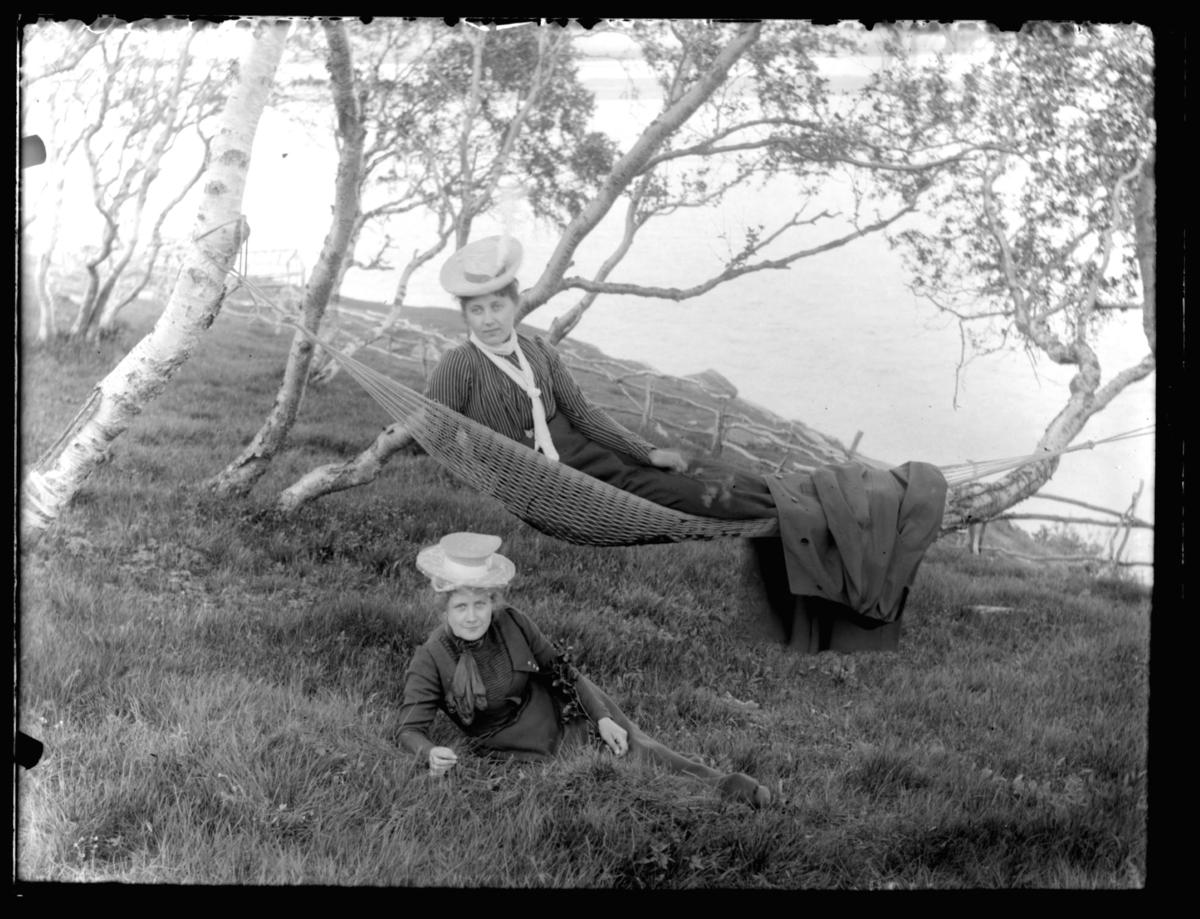 Esther Michaelsen i gresset, Helene Bergland i hengekøye