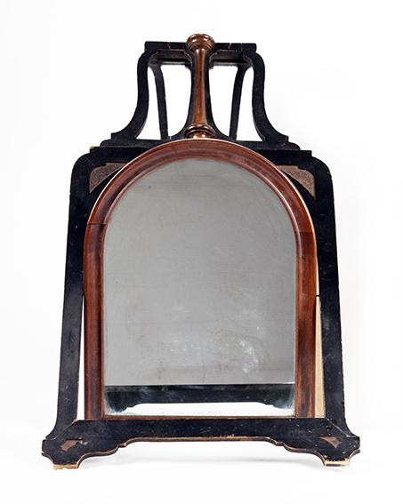 Vippespeil i treramme. Øverste del av speilet er ovalt.