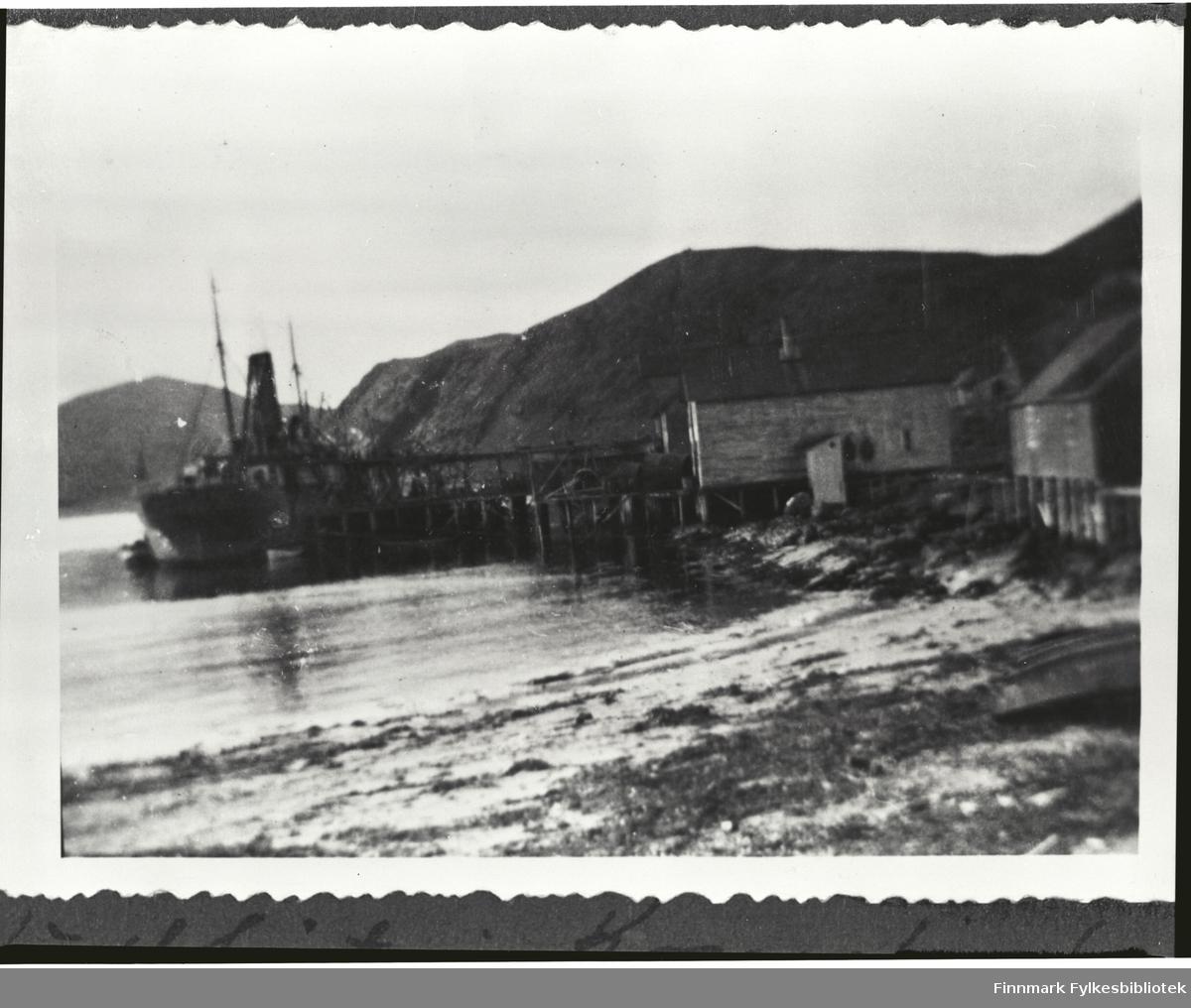 Kullbåt ved Guldbrandsenkaia. Helt til høyre 'Rødbua' som ble brukt til rensing av dun. Ved siden av doet lå trandamperiet.