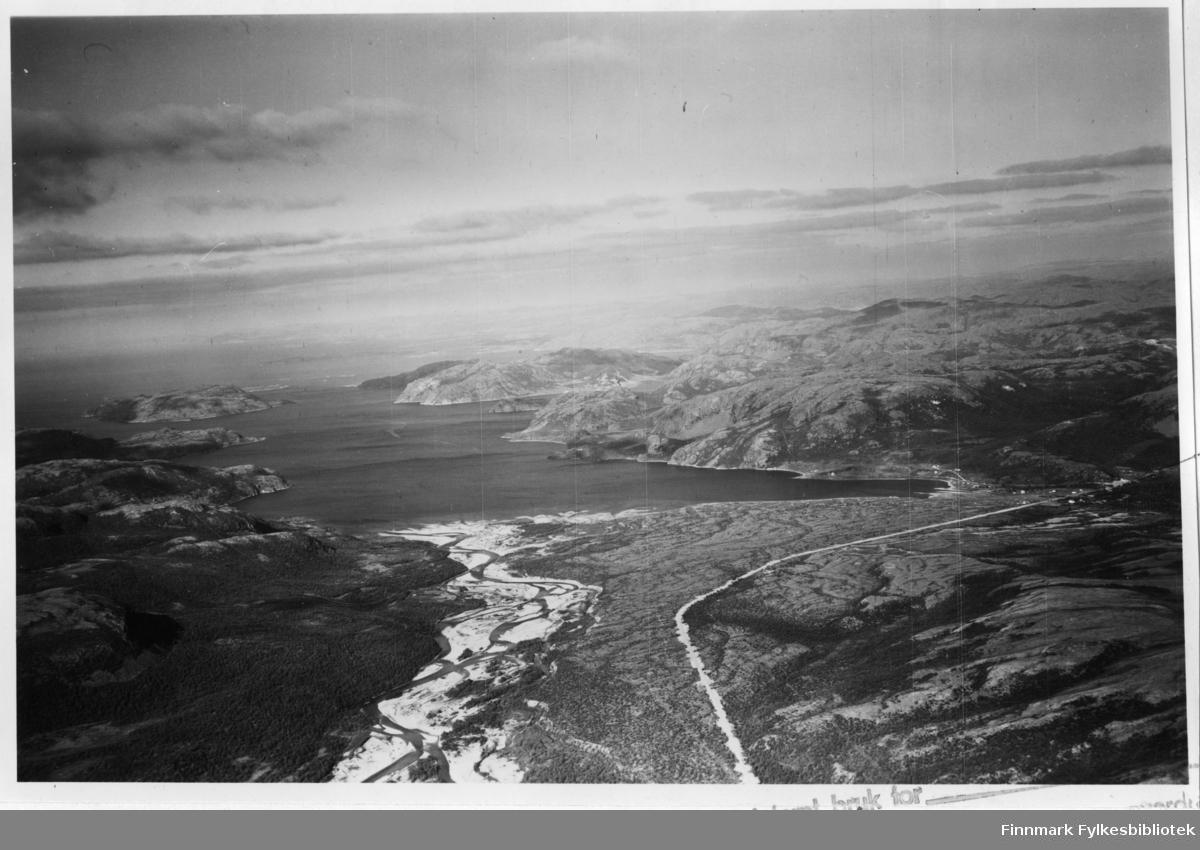 Flyfoto av Storfjorden/Kunes i Lebesby. Negativ nr. 61421