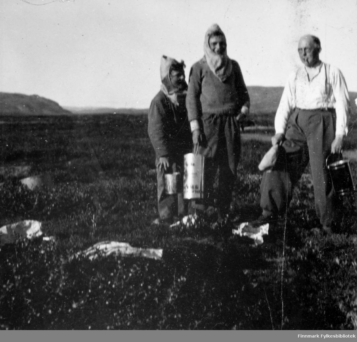 Multebærtur på Færdesmyra, 1938. Fra venstre: Ottar og Sivert Sivertsen, overrettssakfører Valen