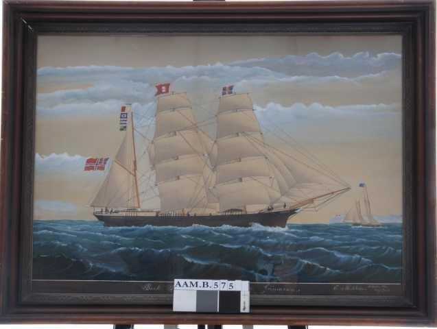 Seilskute, bark Prudhoe, med kurs  mot høyre, unionsflagg  under gaffelen, rederiflagg rødt M.  hvitt timeglass på stormasten, unionsmerke på formasten. Fulle seil.