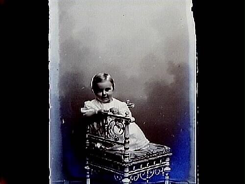 En liten flicka. Märta Lindskog, 1 år och 10 månader.Sam Lindskogs privata bilder.