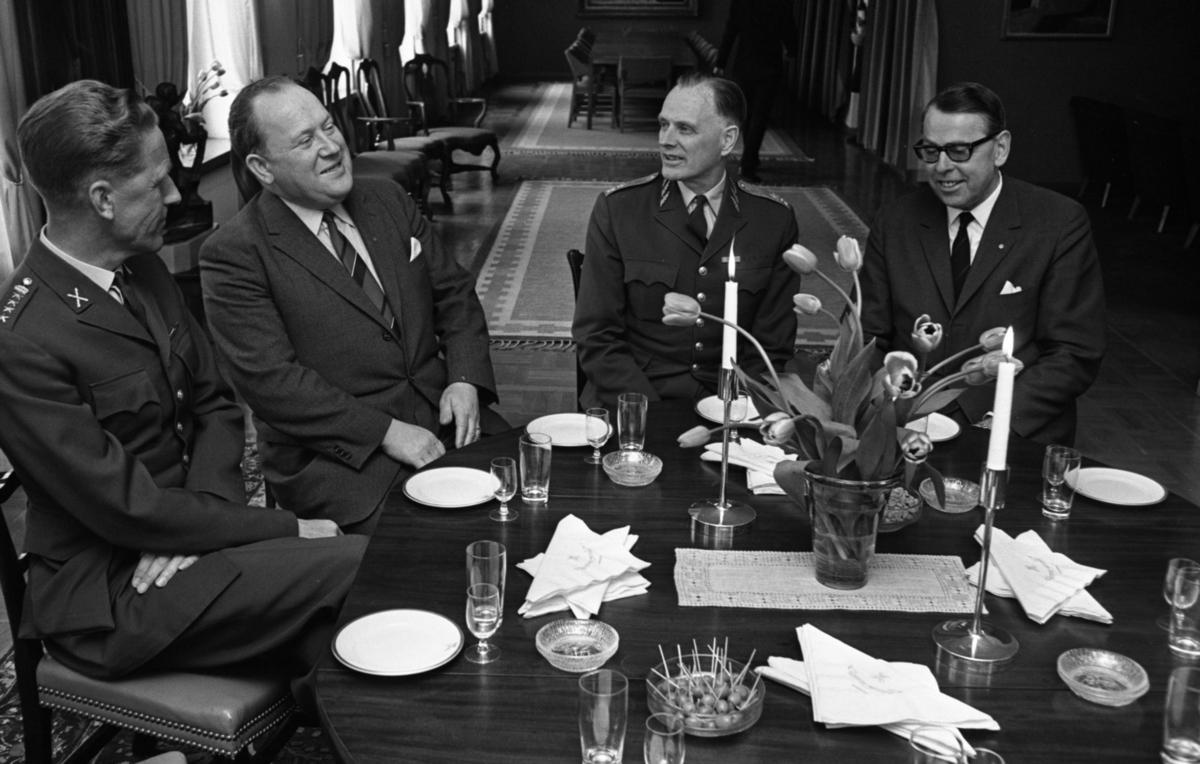 Kurator, Nye generalen 18 maj 1967.  Militären, andra personen från höger är generalmajor Stig Löfgren, militärbefälhavare för Bergslagens militärområde åren 1967-1973.