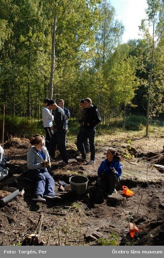 Arkeologisk undersökning av torplämningen Ringstorp, Örebro socken, Örebro kommun, Närke, under tiden 3/9 - 6/9 2007.Den arkeologiska undersökningen ingick som en delkurs för årskurs 3 på gymnasiet i programmet samhällsbyggnad, Rudbecksskolan, Örebro.Undersökningen genomfördes som ett samarbete mellan Rudbecksskolan och Örebro läns museum, där museet tillhandahöll två arkeologer som handledare. 16 elever deltog i kursen.Lärare på Rudbecksskolan: Carin Mühr och Claes Virestedt.Arkeologer från museet: Margareta Hildebrandt och David Damell.