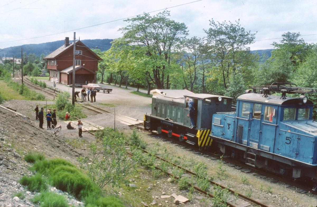 Ekstratog Thamshavn - Løkken med materiell til museumsbanen, trukket av diesellokomotiv nr. 10.