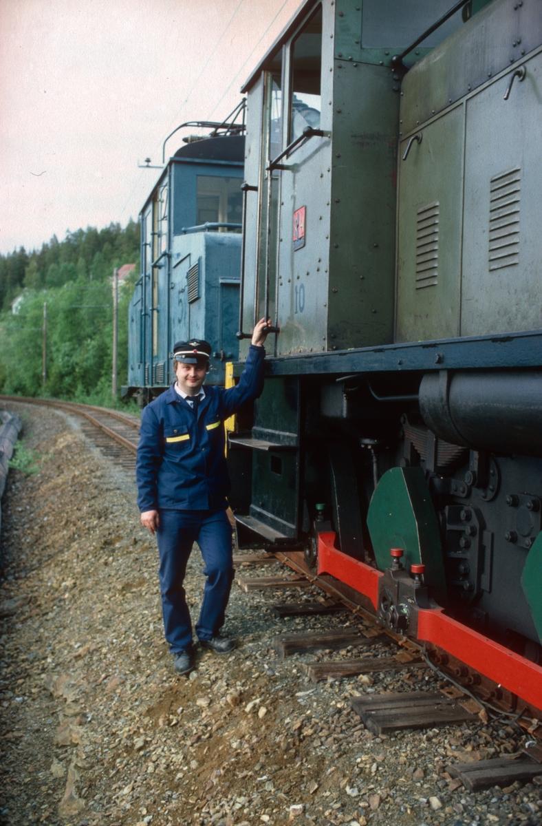 Lokomotivfører Erik Borgersen ved siden av Ruston-diesellokomotivet, nr. 10.