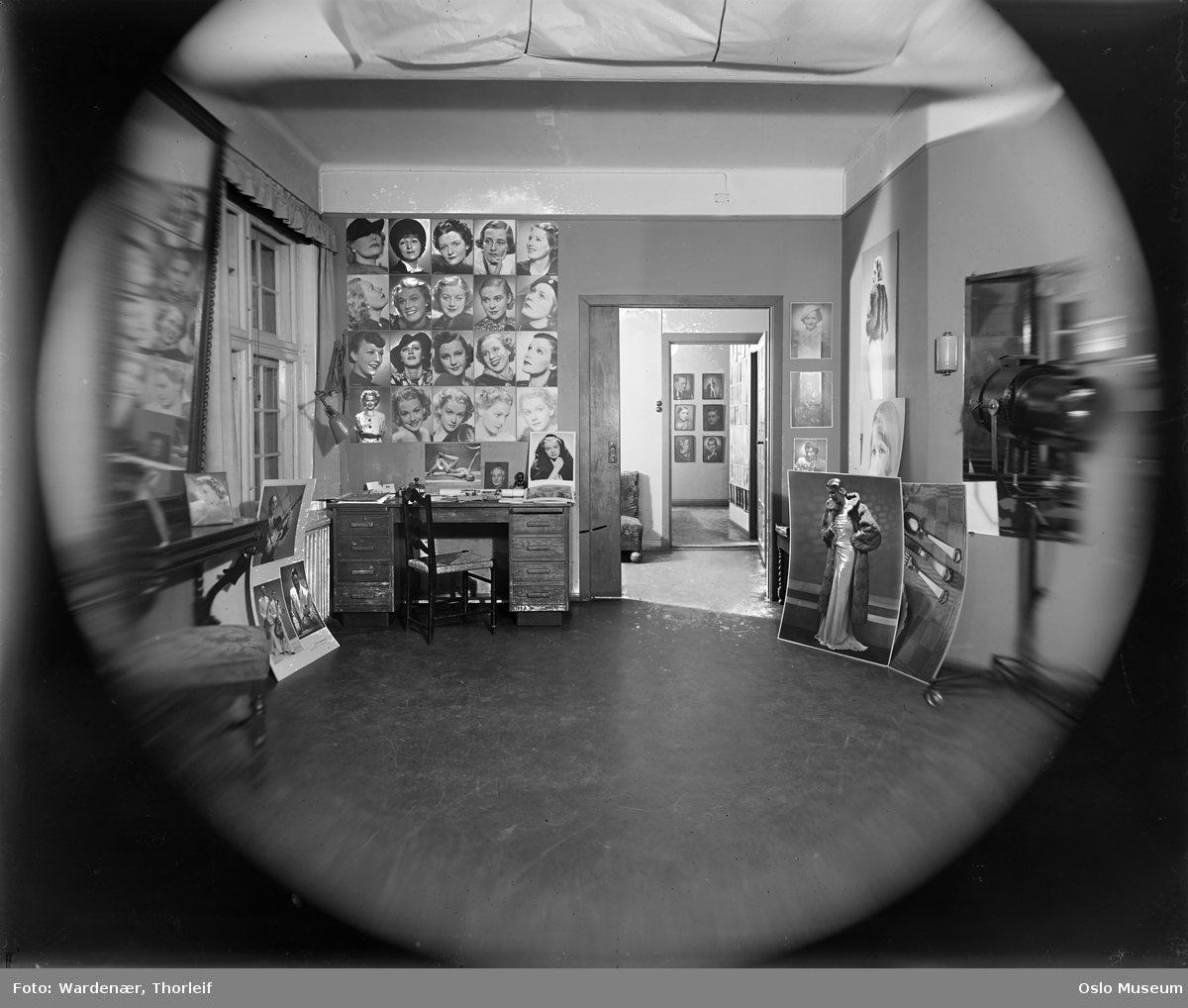 Fotograf Wardenærs atelier, interiør, portretter, skrivebord