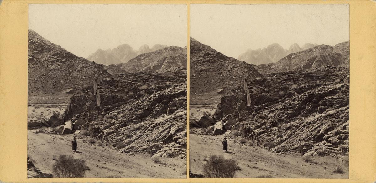 Stereobild av man invid berget Serbal, sett från Wâde Sherah.